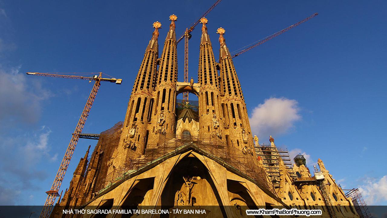 Nhà thờ Sagrada Familia ở Barcelona